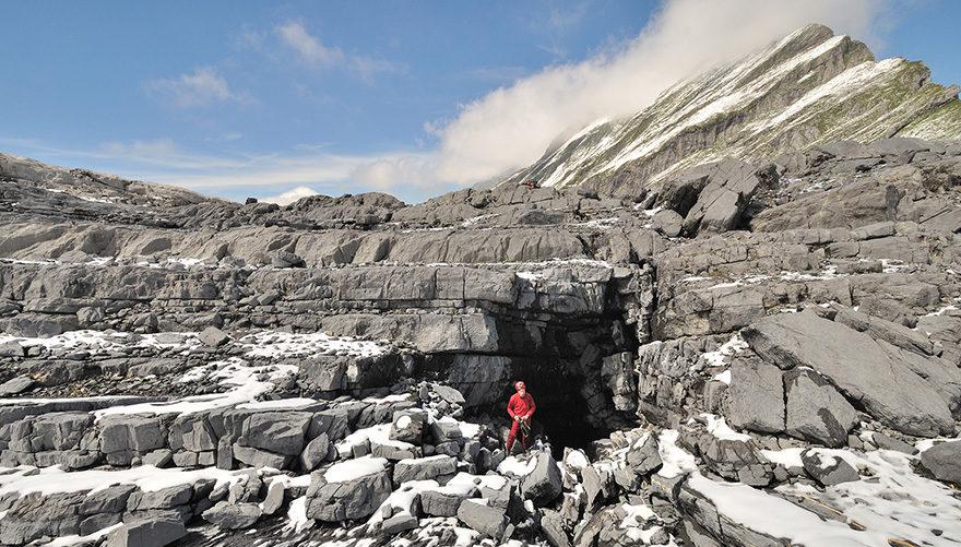 Der weggeschmolzene Firn hat dieses Karrenfeld samt Höhlenschächten zum Vorschein gebracht.