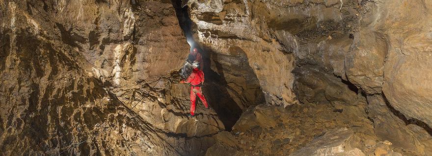 Querung des Seilgeländerschachts in der Schrattenhöhle.
