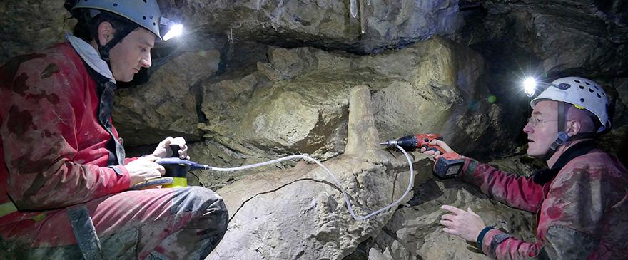 """Entnahme einer Kernbohrung zur Altersdatierung des Stalagmiten im """"Wanderweg"""" der Schrattenhöhle."""