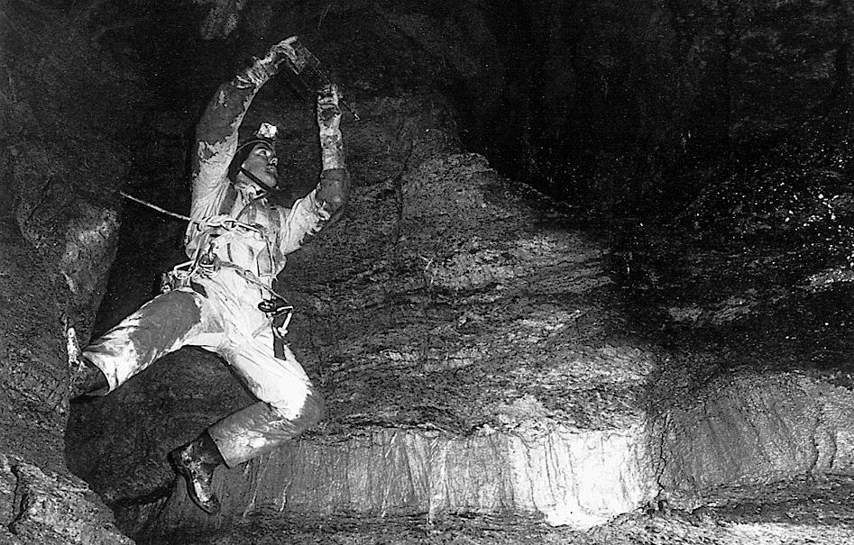 Clemens Trüssel in den 1980er-Jahren mit dem ersten Akkobohrhammer (Bosch), den es auf dem Schweizer Markt gab. Dies war ein Quantensprung in der Höhlenforschung. Foto: M. Trüssel.