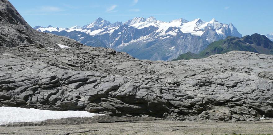 Blick über den Tannenstockkarst zu den Berner Hochalpen.