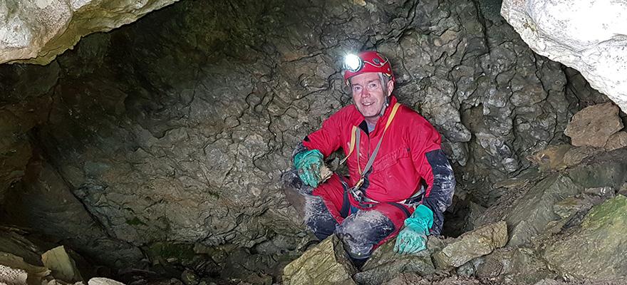 Martin Trüssel bei der Knochenbergung im neu entdeckten Traverseloch, Brienzerrothorn-Gebiet/Giswil OW.