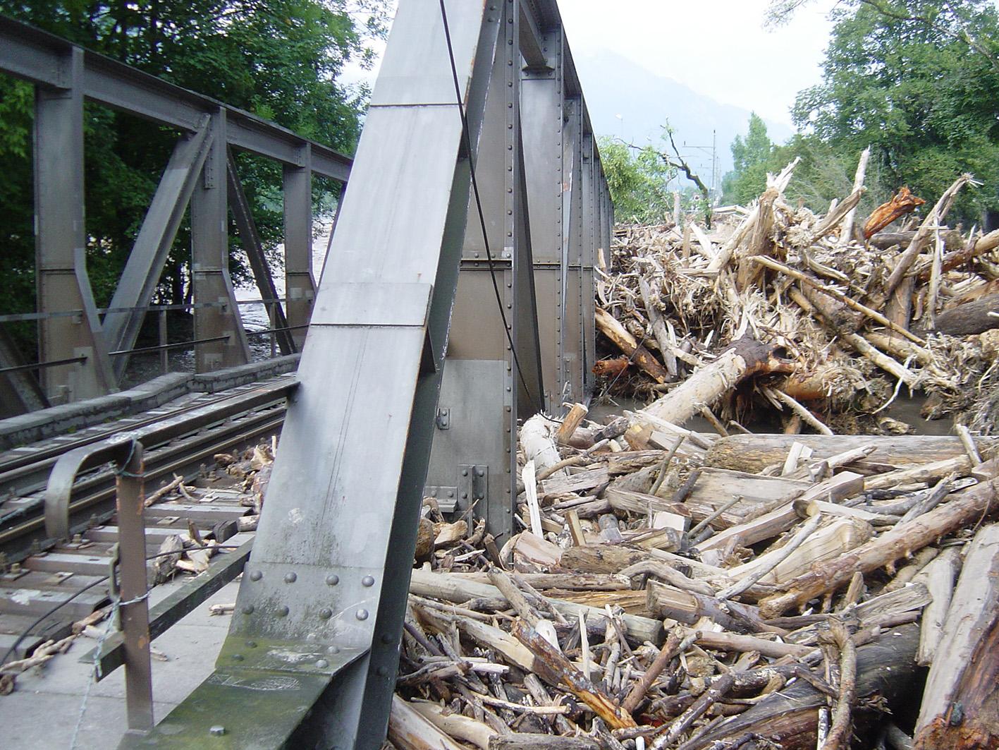 Melchaa-Hochwasserspuren bei der Eisenbahnbrücke in Sarnen am 23. August 2005. Foto: Martin Trüssel