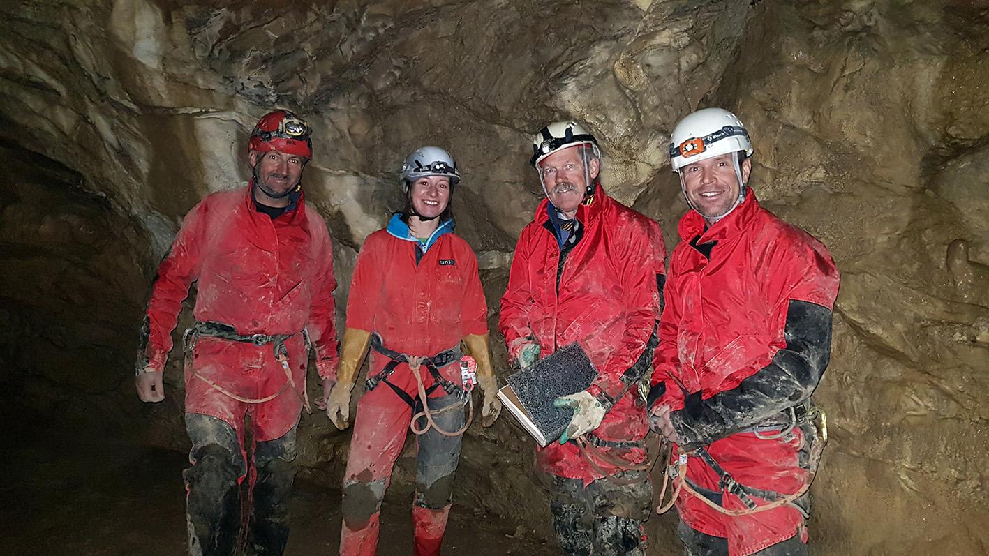 """Am Umkehrpunkt der """"Begleiteten Schrattenhöhle-Tour"""" angekommen. Niklaus Kretz (Instruktor Sicherheit), Michèle Marti, Sepp Odermatt, Bini Amstutz (v.l.). Fotos: M. Trüssel (Instruktor Höhlenschutz)"""